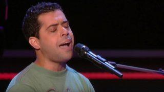 Невероятен глас! Журито се обърна към него секунди след като започна да пее.