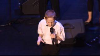 Когато Бог взима, той винаги остава нещо друго. Вижте това сляпо дете какъв ангелски глас има!
