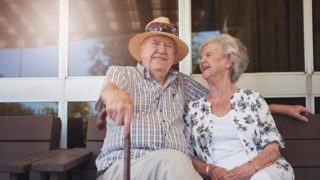 Дядо и баба живели щастливо 60 години, един ден дядото намерил скрита кутия за обувки в която имало голяма изненада