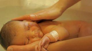 Това къпане на новородено бебе изненада милиони хора: Вижте какво направи акушерката (ВИДЕО)