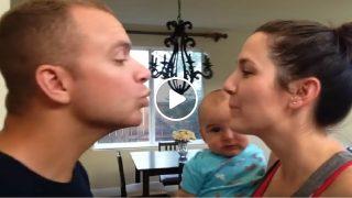 Вижте реакцията на Бебето когато видя как родителите му се целуват!