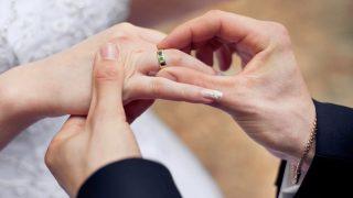 Чуйте песента, ако сте омъжена! Поздрав за теб!
