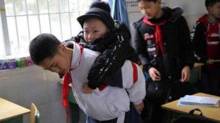 Момче носи на гръб своят приятел вече 6 години – Прочетете защо