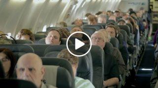 Нищо неподозиращи пътници получиха голяма изненада, когато самолета кацна!